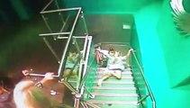 Une femme tombe avec classe dans les escaliers d'une boite de nuit