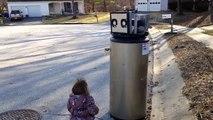 La petite Rayna a rencontré un robot dans la rue. Découvrez ce qui va se passer…