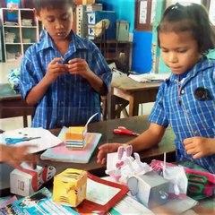 เด็กๆ ได้ทดลองเล่น Paper craft ของ Zoovivor