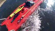 Ce pêcheur sur glace tombé dans l'eau en Estonie va etre sauvé par des pompiers