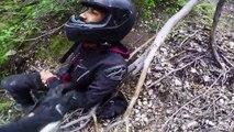 Ce motard perd le contrôle de sa moto et chute du haut d'une falaise