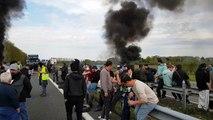 Les Forains bloquent l'autoroute A64 à Lescar