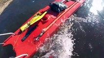 Ce pêcheur sur glace tombé dans l'eau en Estonie va être sauvé par des pompiers