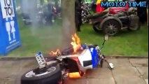 バイク動画 車vsバイクのドリフト勝負!【海外バイクテクニック面白映像】오토바이 기술