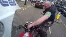 Un motard se fait voler ses clefs par un cycliste