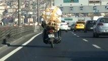 Motosikletle Taşıdığı Yük Bu Kadarına Pes Dedirtti... Tehlikeli Yolculuğu Kameralar Böyle Kaydetti