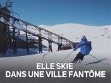 Acrobaties dans la neige dans une ville abandonnée