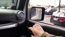 Le conducteur de cette Jeep se sert de son véhicule pour donner une correction à un autre conducteur.