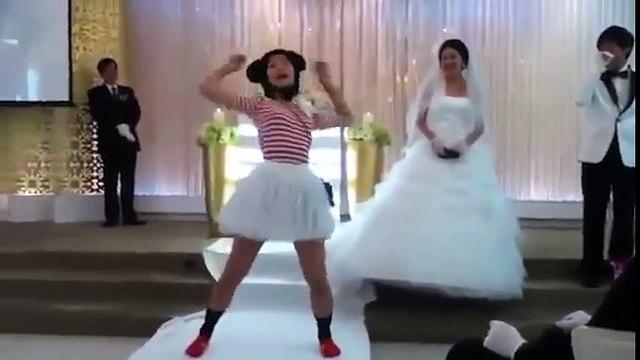 """Phấn khích trước hình ảnh bạn thân cô dâu """"quẩy banh nóc"""" tại đám cưới."""