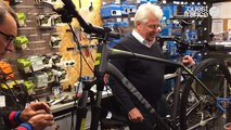 Philippe Grosvalet répare des vélos