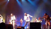 Omar Sy danse sur September avec Earth Wind and Fire en conc