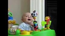 【赤ちゃんハプニング】ママの鼻をかむ音に驚く!可愛す�