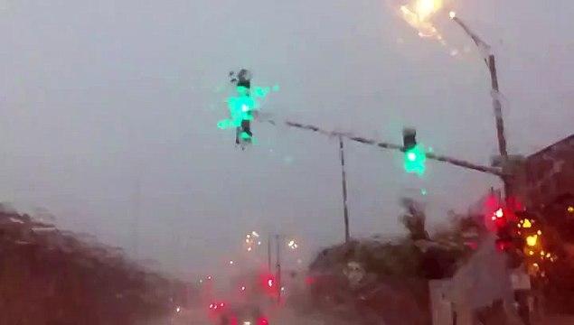 Impressionnant : bloqué dans sa voiture sous un orage, il filme la foudre qui s'abat sur un poteau !
