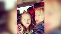 Deux mignones petites filles imitent leur maman !