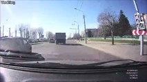 Ce camion perd une vache au milieu de la route... Viande gratos!!!