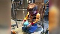 Ce gamin a une drole de technique pour ouvrir ses oeufs de pâques