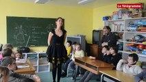 Ecole Diwan. La chanteuse Gwennyn au diapason des Puces de Couturières