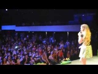 Juli Strauch cantando en Córdoba