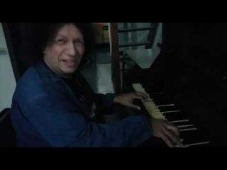 CLAVITO TOCANDO EL PIANO EN LAS FLORES ANTES DE SU SHOW
