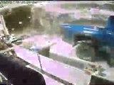 Des voleurs défoncent une vitrine avec un pick-up pour un braquage rapide.
