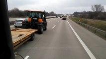 Il se fait doubler par un tracteur avec caravane sur l'autoroute !