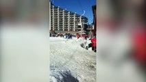 Ce chien veut prendre le tire-fesses dans une station de ski !