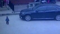 Un enfant passe sous une voiture à cause d'un conducteur distrait
