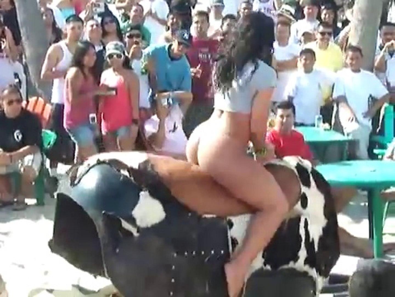 Videos engraçados - Gostosa montando em touro mecânico