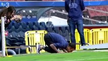 Daniel Alves beija escudo do Barcelona ao chegar no Camp Nou. Assista!