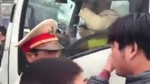 Traffic police hit the driver in Van Dinh people were questioned