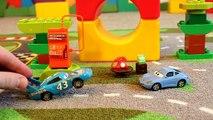 Coches de dibujos animados sobre los coches rayo coche de policía robado makvin mientras VILS gasolinera