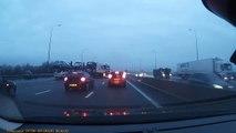 Une voiture tombe d'un camion sur l'autoroute !