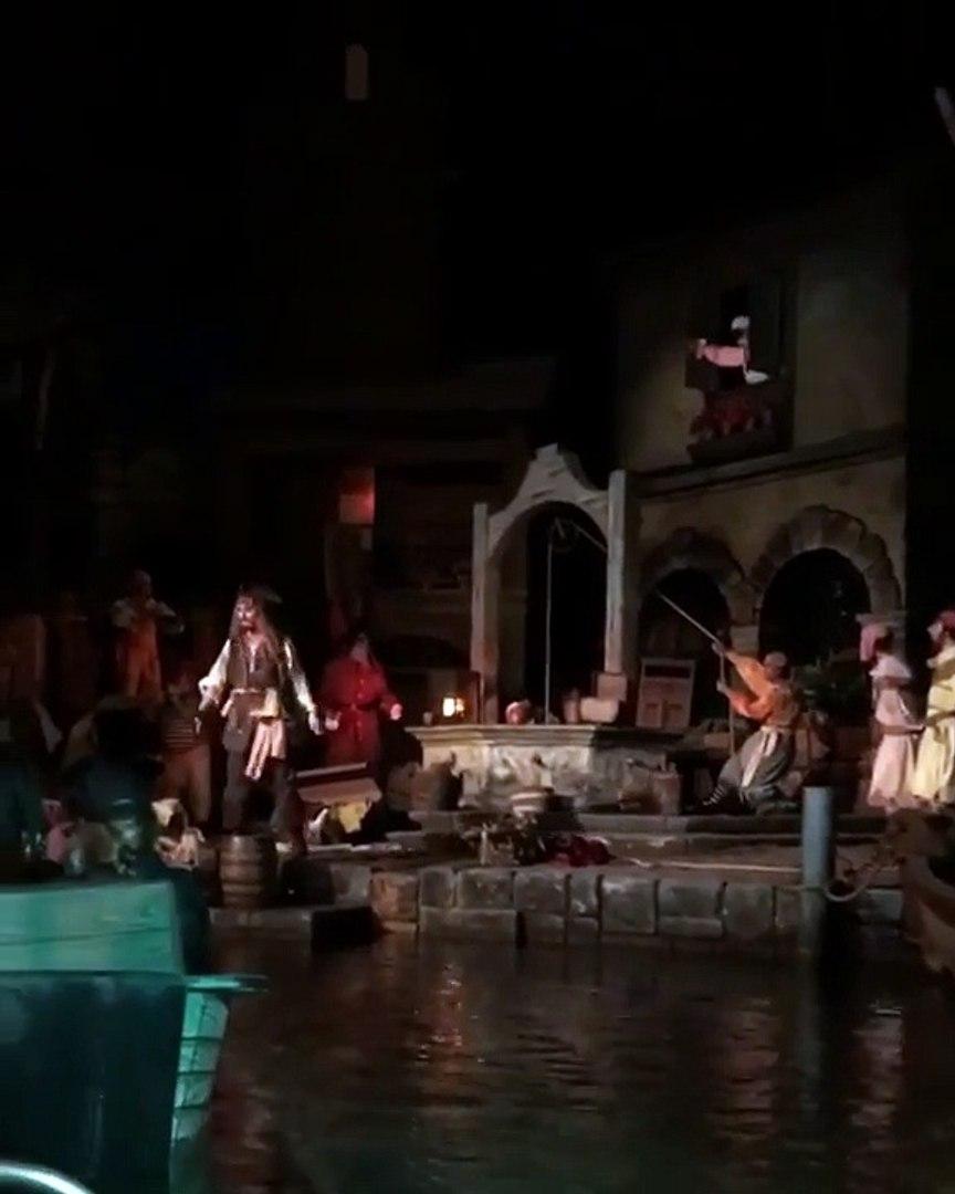 Johnny Depp apparaît en Jack Sparrow à Disneyland