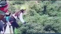 En Bolivie, une jeune femme heurte le sol en sautant à l'élastique (vidéo)