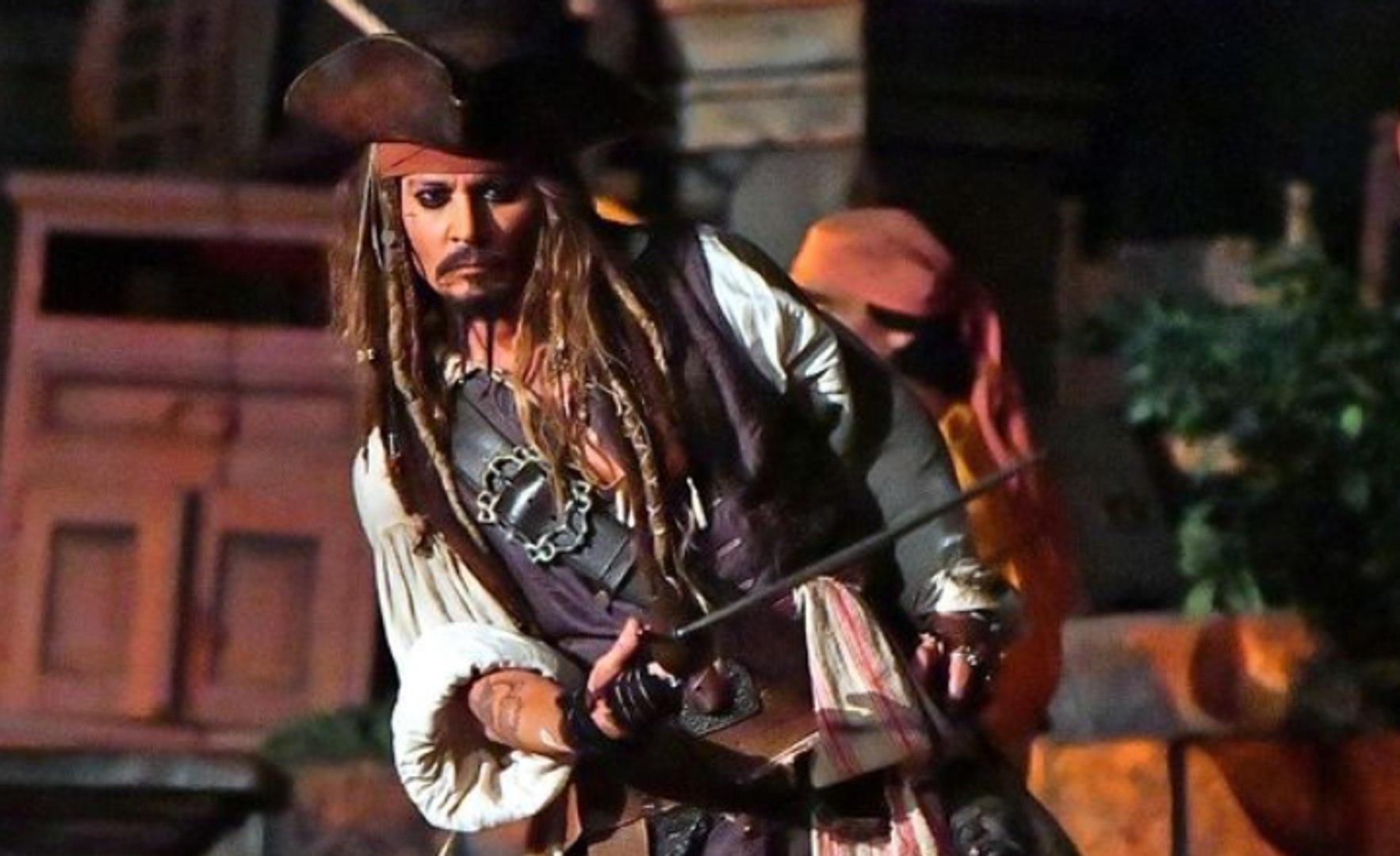 JOHNNY DEPP surprend ses fans à Disneyland en JACK SPARROW