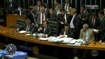 Em sessão tumultuada, deputados aprovam reforma trabalhista