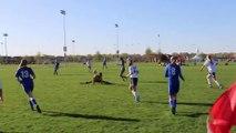 Un arbitre de foot fait le grand écart pour éviter un ballon