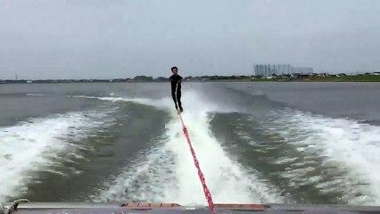 Un homme qui fait du ski nautique se fait surprendre par un invité surprise