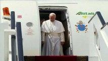 Viaggio in Egitto, l'atterraggio del Papa al Cairo