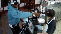 Un braqueur menace un employé avec son arme