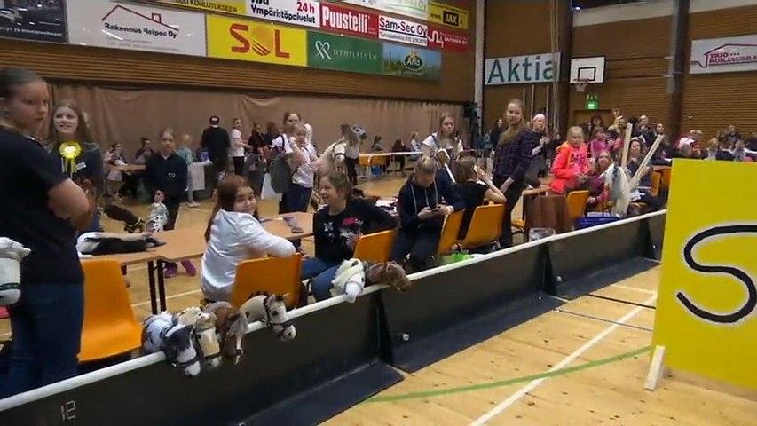 Les ados finlandaises se passionnent pour le hobby-horsing, un sport équestre sans (vrais) chevaux