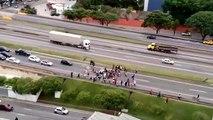 Un chauffard fonce dans une foule de manifestants au brésil