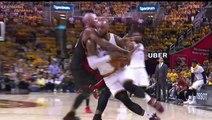 Quand le joueur de NBA LeBron James prend une bière à une serveuse en plein match