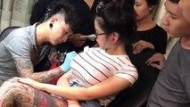 Dövme Yapımı Sırasında Kızın Göğüsü Patlayınca