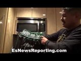 Robert Garcia shows Mikey's outfit for the fight - EsNews Boxing