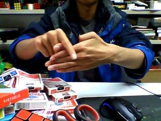 Il fait des tours de magie de OUF juste avec ses doigts