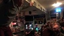 Ils rendent hommage à leur ami décédé en chantant dans un pub irlandais : incroyable et emouvant
