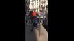 Un jeune fait courir un policier dans la rue.