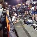 Un cycliste entraine tout le peloton dans sa chute