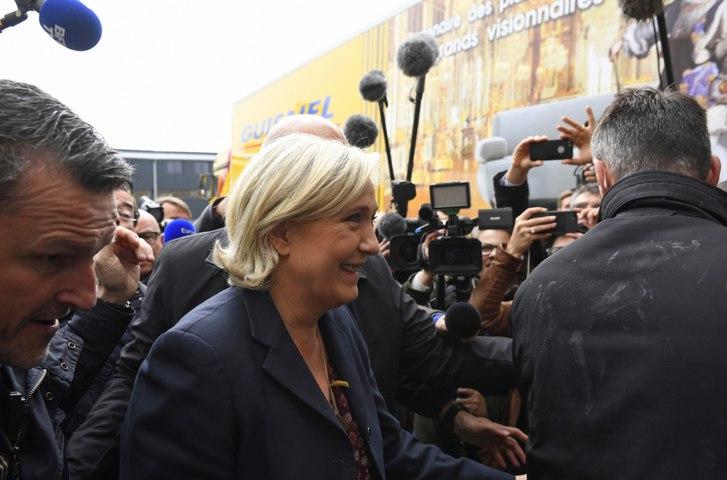 Marine Le Pen accueillie par des jets d'oeufs à Dol-de-Bretagne